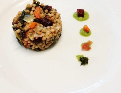 Grano saraceno con barbabietola e spinaci selvatici