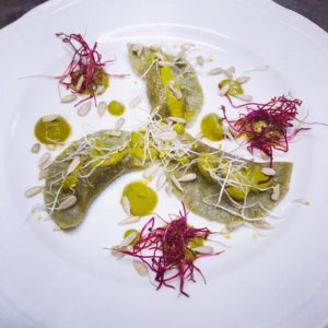 Ravioli di te' matcha con ripieno di lenticchie rosse e salsa di aglio fermentato